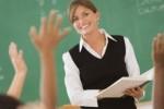 öğretmen sınıfta ders anlatıyor
