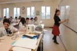 öğretmen laboratuvar sınıfında